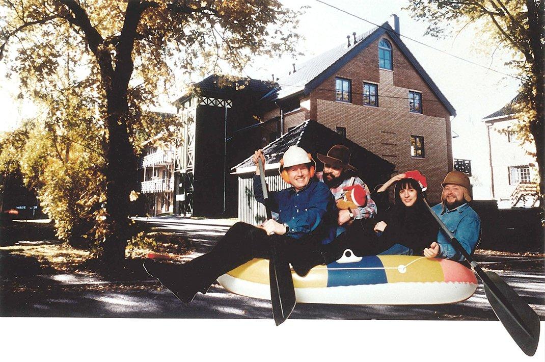 Kontorets fire medarbeidere i gummibåt