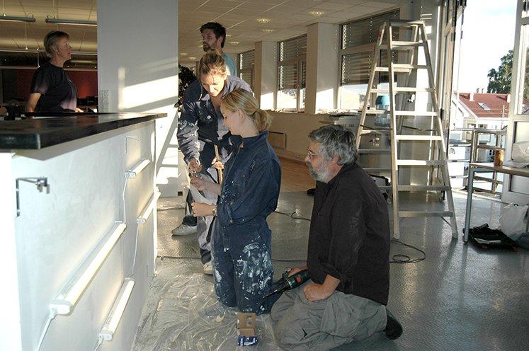 Oppussing av de nye kontorlokalene i Fjellgata. Maling av kontordisk