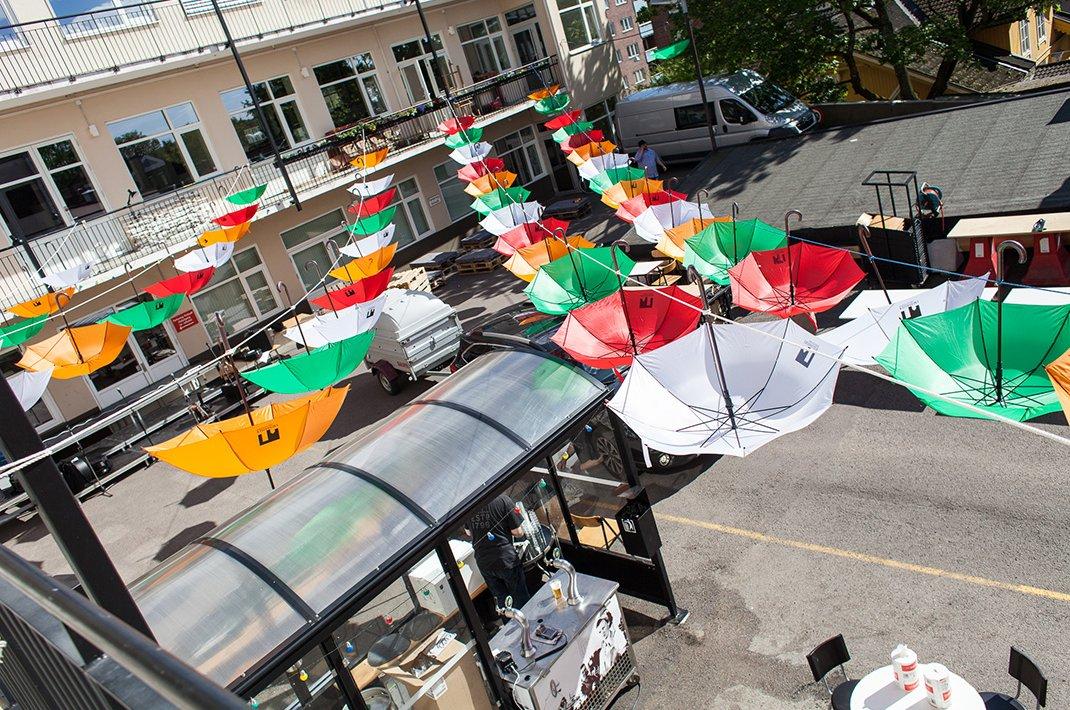 Bakgården med paraplyer hengende som dekorativt tak