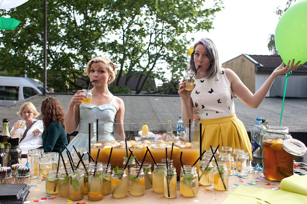 Bartendere serverer, (og drikker), velkomstdrinker