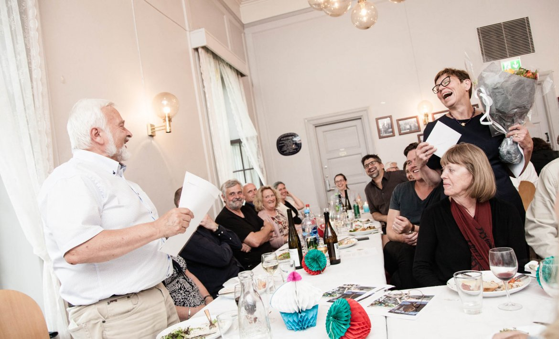 Avslutningsmiddag for Harald. Han og daglig leder utveksler latter og gaver