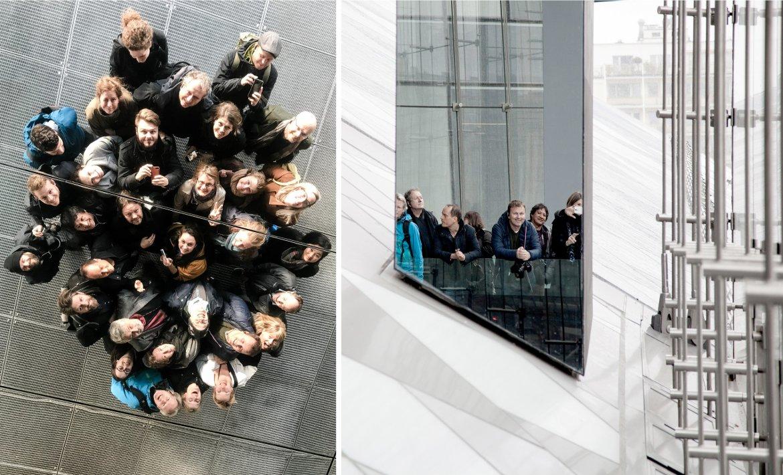 Et bilde viser alle på kontoret sett ovenfra i et speiltak. Et annet bilde viser noen fra kontoret speilet i en speilsøyle