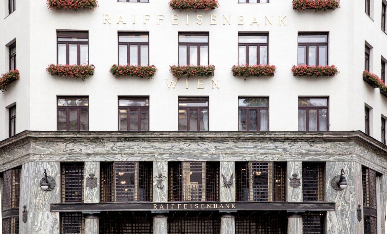 Utsnitt av en fasade av et bankbygg i Wien