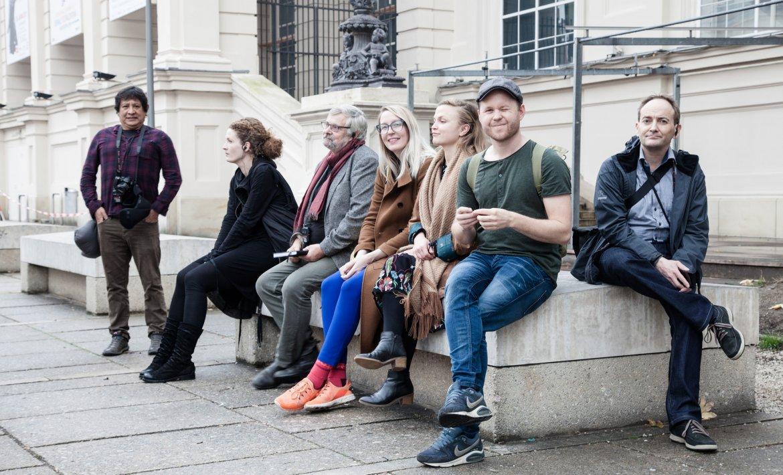 Mennesker sitter og hviler på en benk
