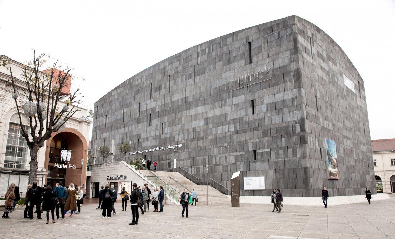 Museum for moderne kunst i Wien, et stort og lukket bygg med grå steinkledning foran et torg.