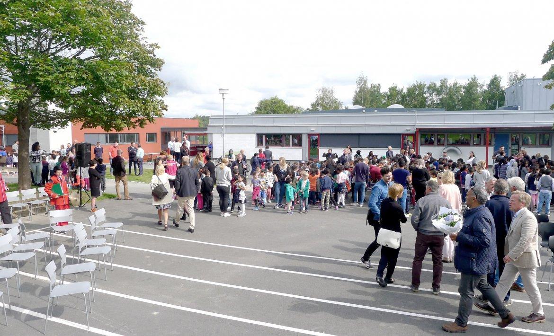 Menneskemengde utenfor skolebygg