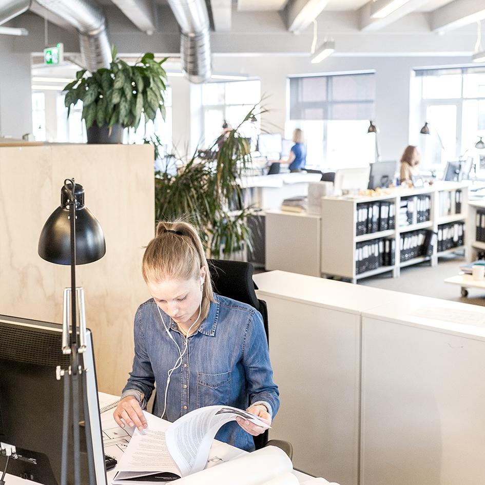 Kvinne jobber ved datamaskinen på Enerhaugen Arkitektkontor