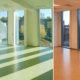 Interiørfoto Spydeberg ungdomsskole, rom med grønt gulv, og rom med oransje gulv.