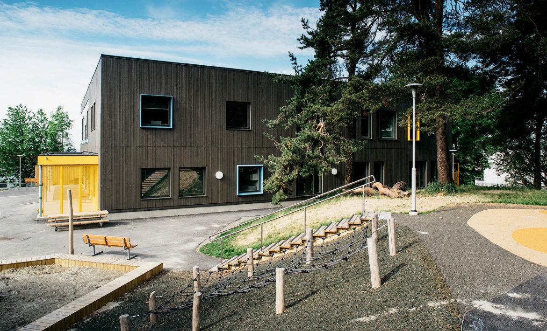 Bråtenalléen barnehage - Eksteriørfoto av fasade med utelekeareal i forgrunnen.