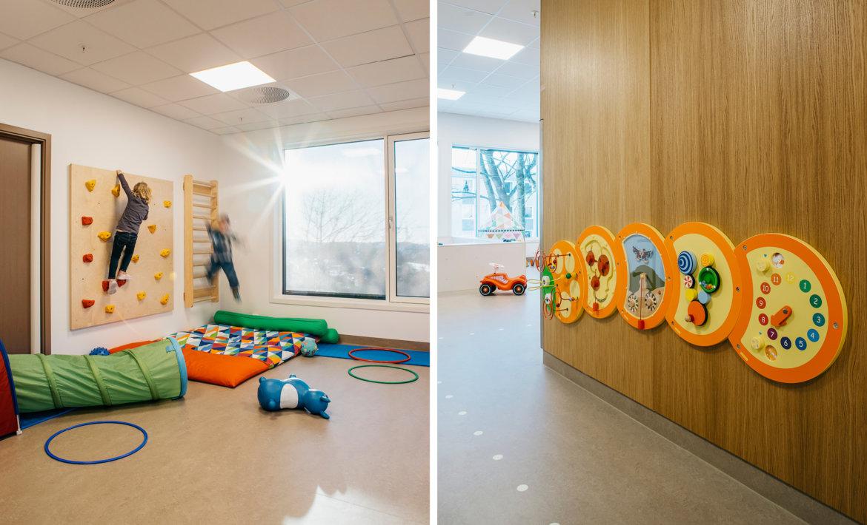 Bråtenalléen barnehage - Interiørfoto av lekearealer med ribbevegg, klatrevegg og annen lek montert på vegg.